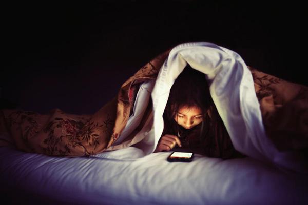 خیره شدن به صفحه نمایش گوشی
